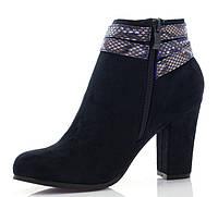 Ботинки синего цвета,украшен ремешком