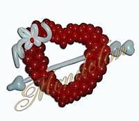 Красное сердце из шаров со стрелой