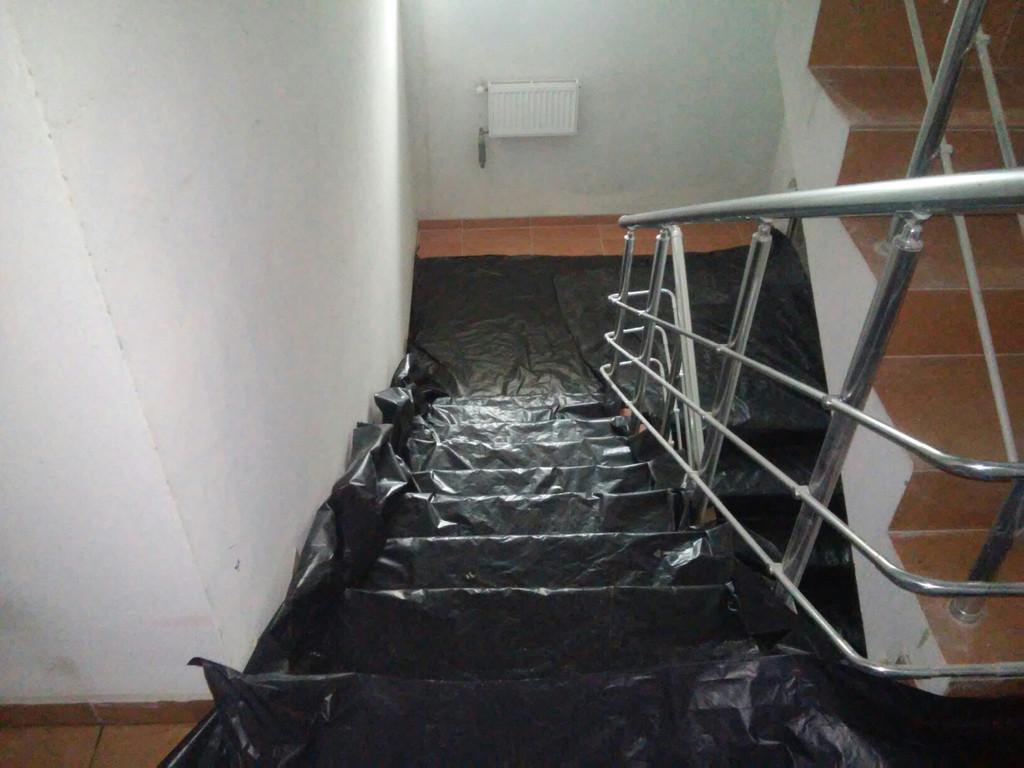 Тщательное укрывание плёнкой лестничных клеток и ступеней.