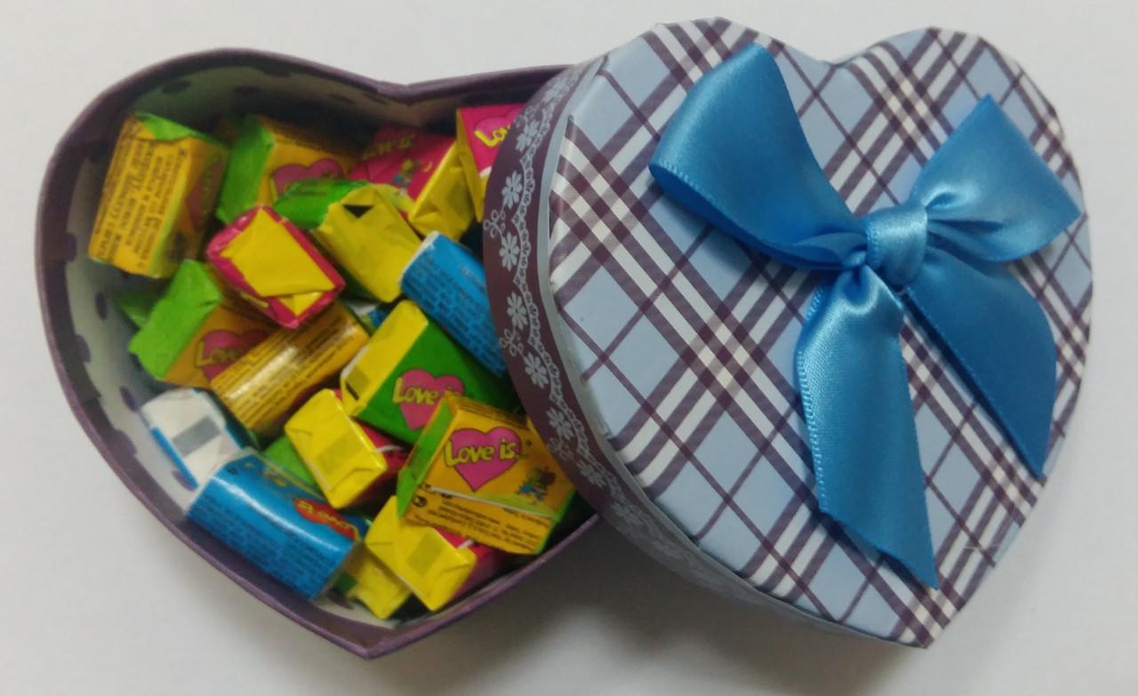 Готовый подарок жвачки Love Is в коробочке сердце 35 шт