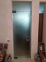 Стеклянные распашные двери с фрамугой