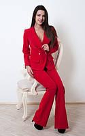Модный женский костюм в деловом стиле красного цвета (жакет и брюки-клеш)