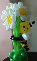 Букет из воздушных шаров ромашки-обнимашки с пчелкой