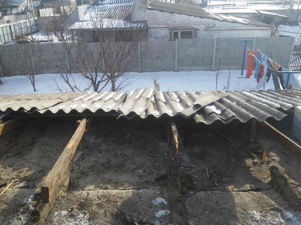 Демонтировано листовое железо с крыши самого дома, аккуратно снимается шифер с веранды.