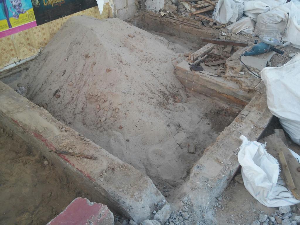 Полы убраны, песок, который под ними находился, собран в одно место. Возможно, при дальнейших строительных работах будет использоваться в качестве подсыпки.