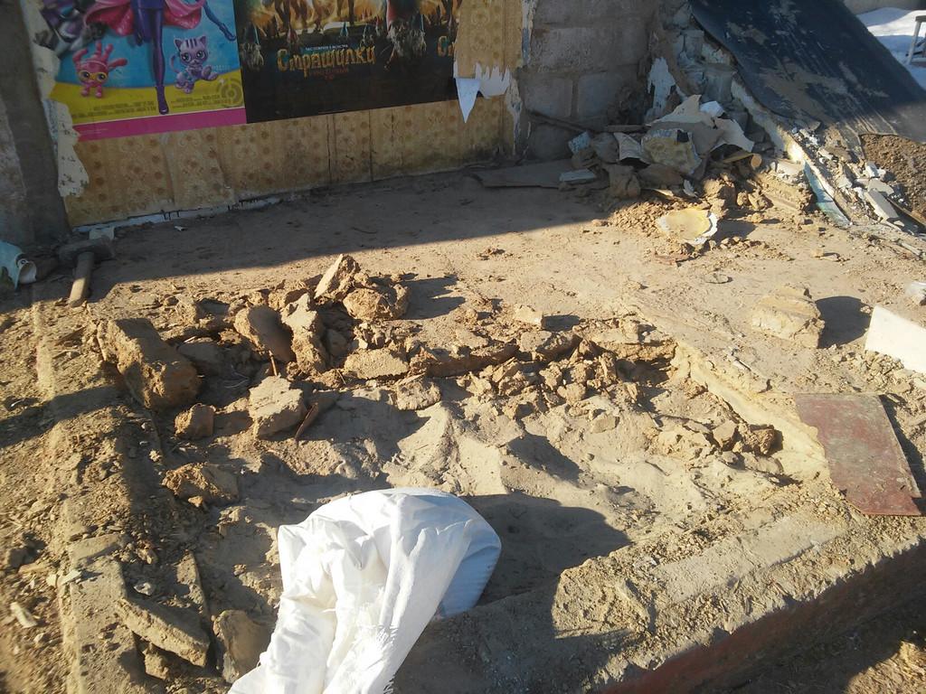 В одной из частей веранды под ДСП обнаружен песок.