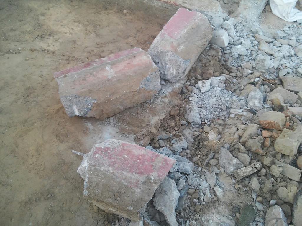 Начаты работы по демонтажу фундамента (сечение 350*250 мм, частично заглублён, арматуры мало).