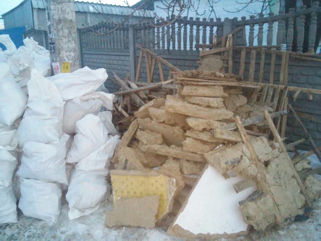 В этот день были погружены два КамАЗа, вынесен мусор на третий, заказанный на следующее утро. Помещение освобождено от остатков перекрытия. Осталось демонтировать пристенную дранку в самом доме, часть фундамента, погреб.