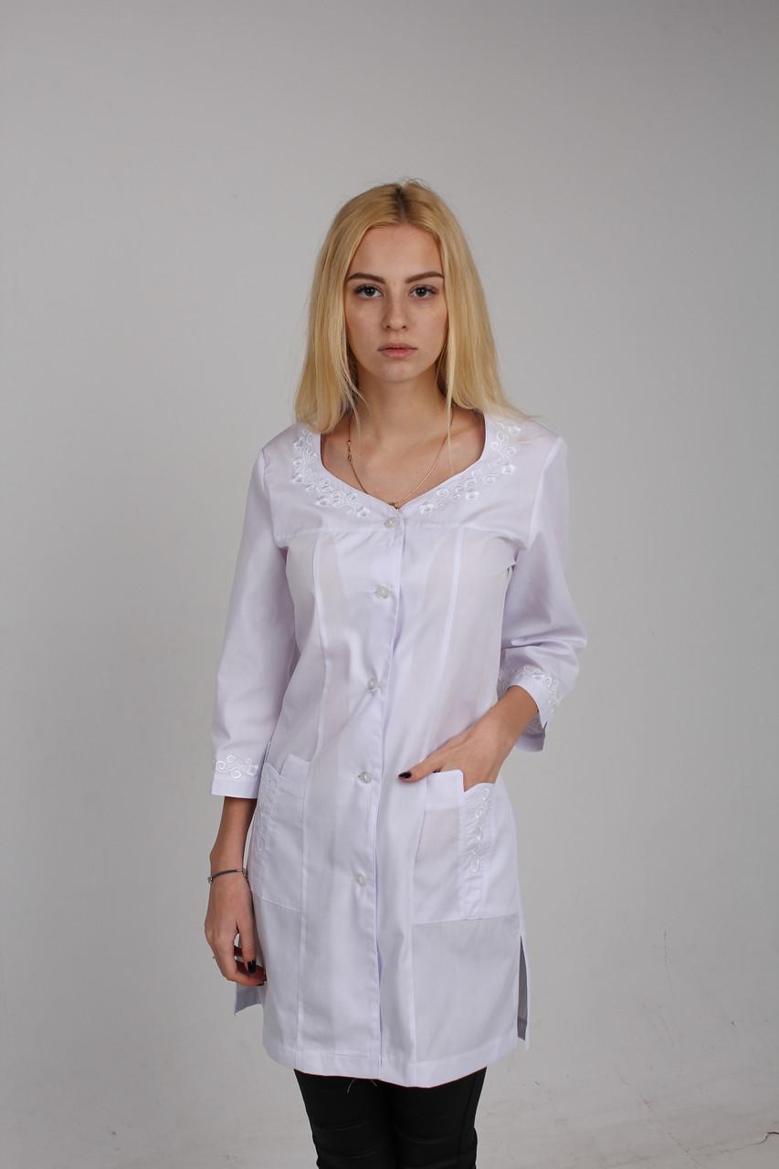 Красивый вышитый медицинский халат  с белой вышивкой