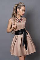Платье цвета капучино с черным кожаным поясом