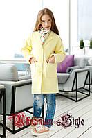 Желтое детское кашемировое пальто для девочки-подростка.