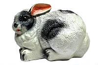 Заяц лежит большой
