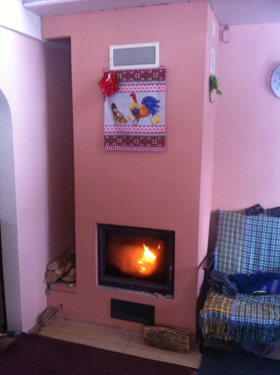 Монтаж теплонакопительного камина с дымоходной системой в двухэтажном частном доме