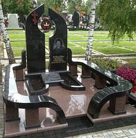 Двойной гранитный памятник с оградкой