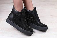 Ботинки из натуральной замши с кожаными вставками на черной подошве с замочками и камнями