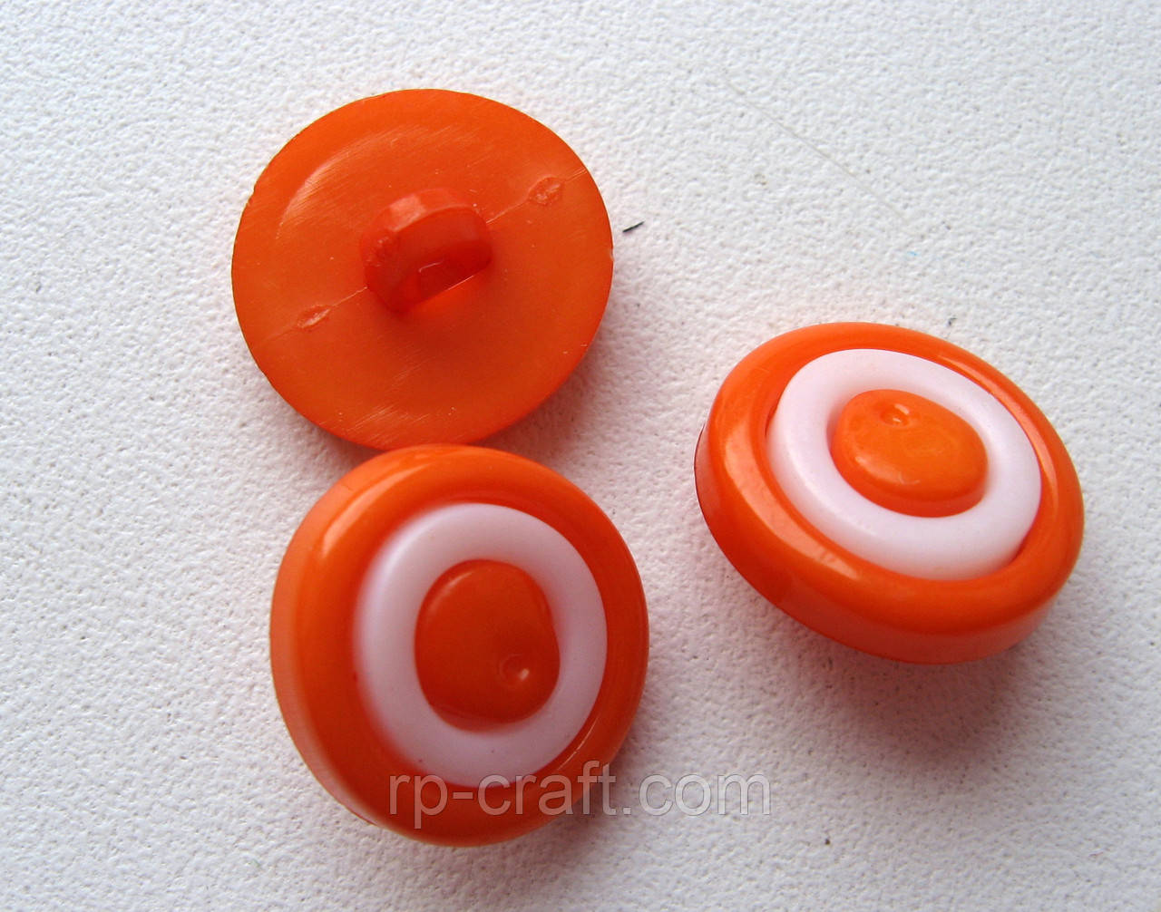 Пуговица пластиковая, оранжевая, на ножке, 15 мм.