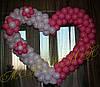 Бело-розовое сердце из шаров с цветами