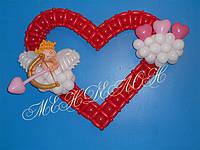 Красное сердце из шаров с ангелом