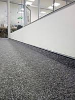 Ковровая плитка Alpha Domo Moduliss в офисе. Специальный плинтус под ковролин с полоской из ковровой плитки того же цвета только подчеркивает завершенность и практичность такого решения для офиса.