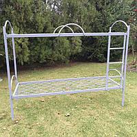 Кровать двухъярусная с металлическими перилами и лестницей
