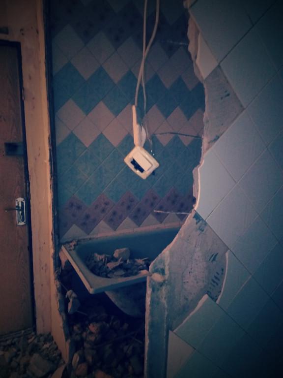 После работы кувалдой провода, проходящие в стенах, обрезаются и изолируются.