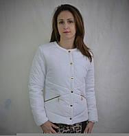 Стильная короткая курточка белого цвета на синтепоне