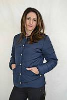 Демисезонная женская курточка на кнопках, с округлым вырезом, синего цвета