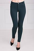 Однотонные весенние брюки зеленого цвета из стрейчевого джинса