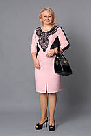 Нарядное вечернее платье розового цвета декорировано черным кружевом