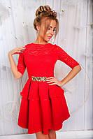 Вечернее платье приталенного силуэта с украшением на талии и отделкой из гипюра