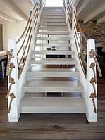 Лестница с кованными ограждениями