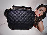 Женская компактная черная сумка с длинным ремешком