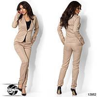 Женский брючный костюм с пиджаком бежевого цвета. Модель 12884.