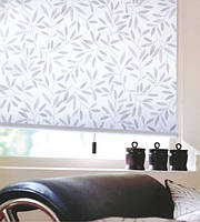 Рулонные шторы на окнах ливея