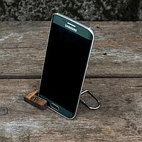 Деревянная подставка для смартфона Брелок