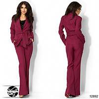 Женский костюм бордового цвета с пиджаком и брюками-клеш. Модель 12892.