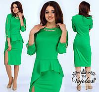 Модное зеленое  платье с баской, колье в комплекте.  Арт-9907/41