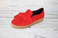 Женские замшевые слипоны с бантом красного цвета