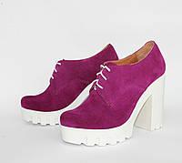 Женские закрытые туфли на белой тракторной подошве с каблуком, натуральный замш. Возможен отшив в других цвета