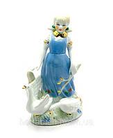 Фигурка Девочка в голубом сарафане с гусями