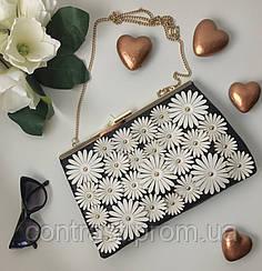 Нежный клатч New Look с флористическим декором в монохромной расцветке