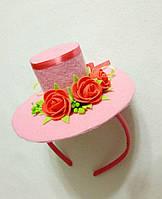 Мини-шляпка розовая с розами на ободке. Подарок.