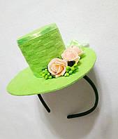 Мини-шляпка зеленая с розами на ободке. Подарок.