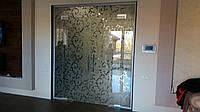 Стеклянная перегородка с распашными дверями и пескоструйным рисунком