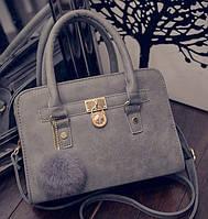 Женская сумка с замочком и меховым брелком серая