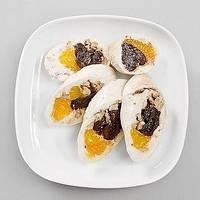 Паровий курячий рулет з мандаринами і чорносливом
