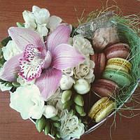Коробка-сердце с цветами и макаронс