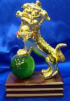 Собака Фу на зеленом шаре золото (13,5х10х5 см)
