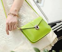 Небольшая милая сумочка через плече зеленого цвета