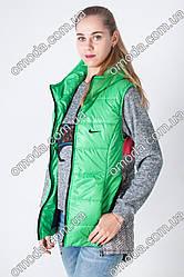 Женская жилетка на синтепоне в спортивном стиле зеленого цвета